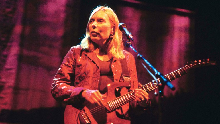 joni-mitchell-live-1998-u-billboard-1548-768×433
